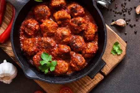 Boulettes de viande à la sauce tomate aigre-douce sur la table de la cuisine. Vue de dessus