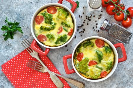 Casserole de brocoli et tomates sur fond de béton. Vue d'en-haut. Banque d'images