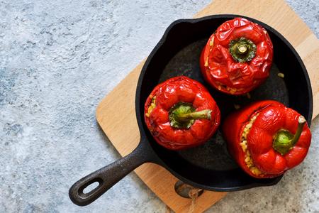 Pimiento rojo relleno de carne, bulgur y verduras en una sartén de hierro fundido. Pimientos rellenos al horno.