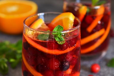 Zumo de arándano frío con naranja y menta. Bebida de verano.