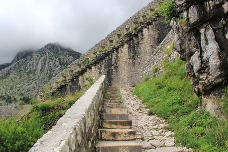soltería: Una larga escalera de piedra con altos escalones que suben hasta las nubes Foto de archivo