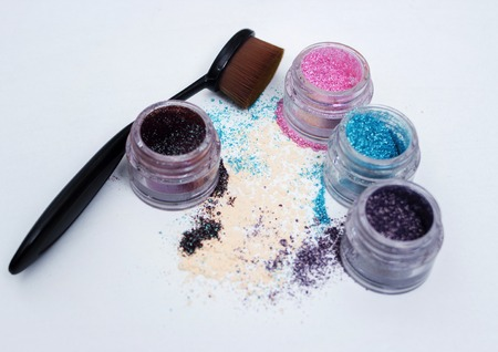 visage: Color pigments for a bright make-up, a brush for make-up.
