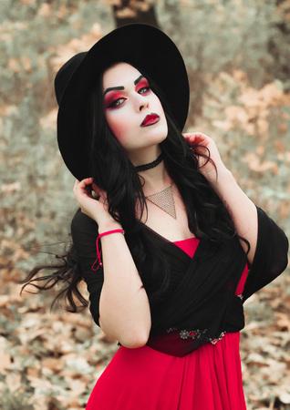 Professionele make-up. Het beeld van een heks op het feest van alle heiligen. Halloween.