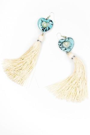 Belles boucles d'oreilles blanches fabriquées en or sur un fond blanc. Banque d'images - 92478146