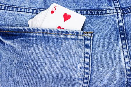Carte da gioco, assi nella tasca dei jeans da vicino. Archivio Fotografico