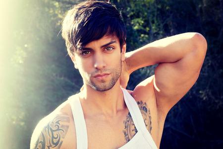 tatouage sexy: Sexy homme muscl� en d�bardeur blanc Banque d'images