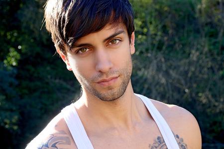 tatouage sexy: portrait d'un bel homme avec une frange Banque d'images