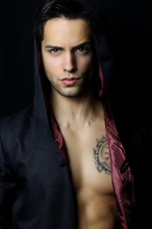 handsome men: bel uomo misterioso con un tatuaggio Archivio Fotografico