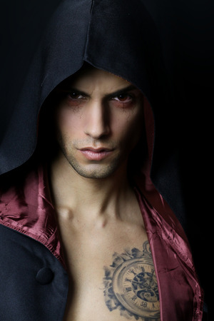 vampira sexy: retrato de un vampiro sexy enojado sobre un fondo negro Foto de archivo