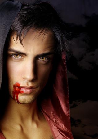 bel homme: Portrait d'un beau vampire qui vient d'attaquer des proies Banque d'images
