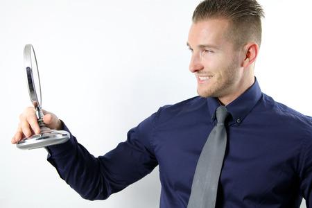 bewonderen: knappe man  's te bewonderen in de spiegel Stockfoto