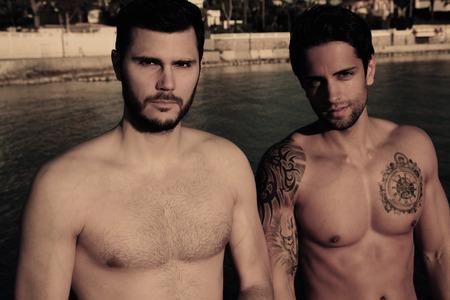 hombres gays: dos hombres sexy en la playa