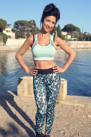ropa deportiva: mujer delante de ropa deportiva de la playa