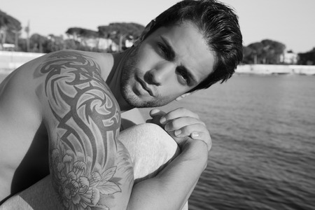 tatouage sexy: Bel homme brun