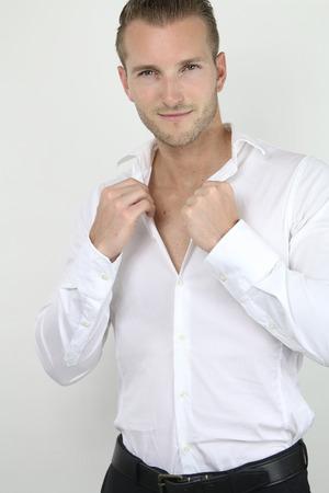 Hombre rubio hermoso que presenta en un fondo gris Foto de archivo - 39826432