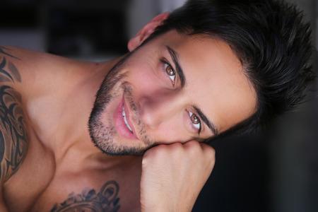 beau mec: beau mâle souriant
