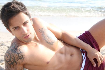 modelos masculinos: hombre moreno y guapo