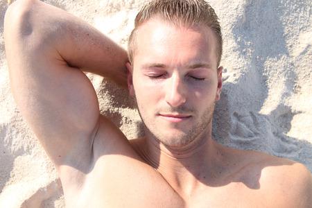 insolación: tomar el sol en la playa Foto de archivo
