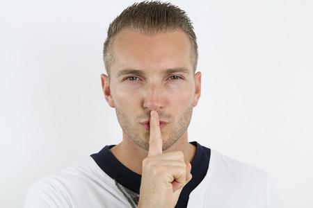 silencio: hombre pidiendo silencio