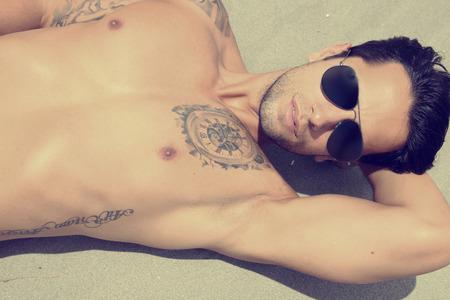 hombres sin camisa: guapo chico con gafas de sol