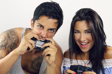 jugando videojuegos: pareja de j�venes jugando juegos de video