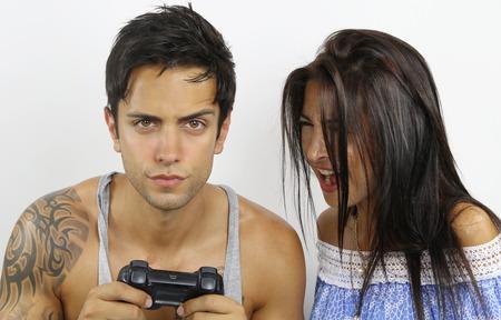 jugando videojuegos: mujer discutiendo con su novio jugando videojuegos