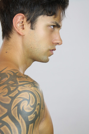 tatouage sexy: Sexy homme tatou� Banque d'images