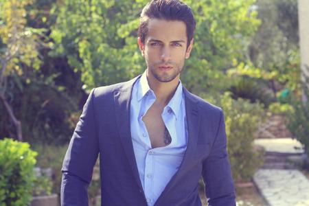modelos masculinos: hombre guapo en traje