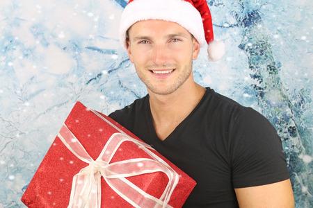 hombre con sombrero: la temporada de Navidad - hombre rubio y guapo sonriendo