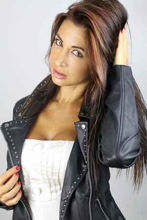 chaqueta de cuero: hermosa morena llevaba chaqueta de cuero Foto de archivo