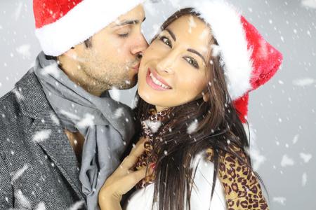 hombres besandose: hombre besando a una mujer para la Navidad Foto de archivo