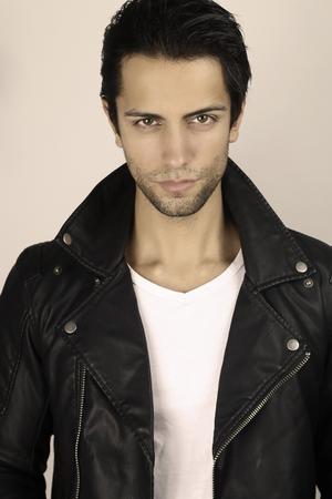 modelos hombres: estilo vintage - hombre guapo con chaqueta de cuero