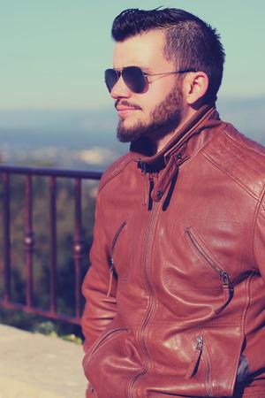 beau mec: gars portant des lunettes de soleil beaux