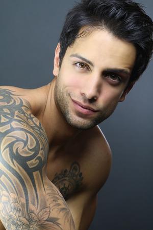 modelos masculinos: retrato de un hombre tatuado guapo