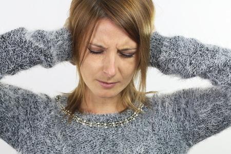 in ear: mujer joven poniendo sus manos sobre las orejas