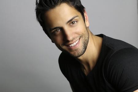 sonriente: retrato de un hombre con una cara hermosa