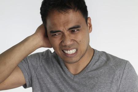 dolor de oido: hombre joven con una infección de oído