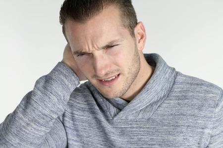 dolor de oido: La otitis - hombre joven con una infección de oído