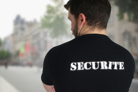 agent de s�curit�: Agent de s�curit� posant retour dans une rue