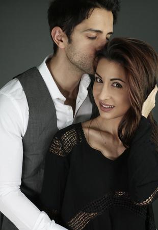 pareja apasionada: Pares de abrazo apasionado sobre un fondo gris Foto de archivo