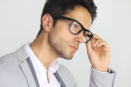 hombres jovenes: apuesto hombre que llevaba un par de gafas
