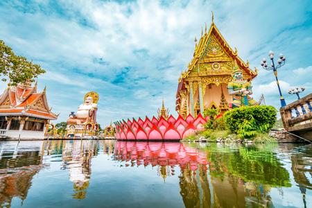 Wat Plai Laem boeddhisme tempel beelden tijdens een zonnige dag met meer op de voorgrond in Koh Samui, Surat Thani, Thailand Stockfoto