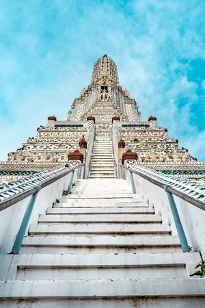 Wat Arun buddhist temple with stairs in foreground during bright sunny day and blue sky, Bangkok, Thailand Stock fotó