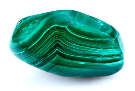 それは白い背景に分離された鉱物の緑のマラカイト