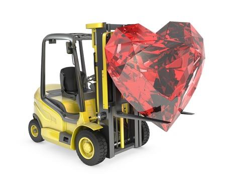 montacargas: Tenedor de camiones de elevación levanta el corazón de corte rubí, aisladas sobre fondo blanco Foto de archivo
