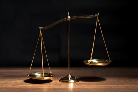 Balance en laiton doré