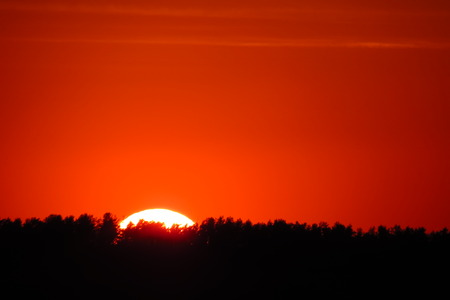 telezoom: Sun going down bellow the horizont line