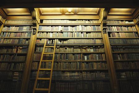 Oude bibliotheek met oude bijbels Stockfoto