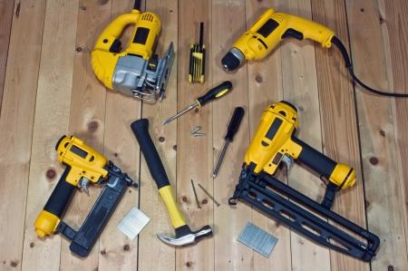 taladro: Surtido de poder y las herramientas de mano en el fondo de madera Foto de archivo