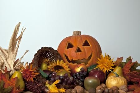 cuerno de la abundancia de calabazas frutas y frutos secos con jack-o-lantern Foto de archivo - 15399023